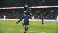 Cavani y Neymar abrazados celebrando un gol del PSG