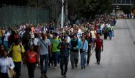 Un extenso apagón afectó a Caracas y obligó a miles de personas a volverse caminando. Foto: Reuters