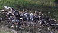 Investigadores de las Fuerzas de Defensa de Israel revisan los restos del avión. Foto: Reuters