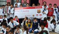 El intendente, Guillermo Varela, visitó a los niños de la Escuela N°21 que viajarán a Barcelona. Foto: Intendencia de Paysandú