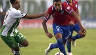 Christian Oliva en el partido entre Nacional y Banfield en Buenos Aires. Foto: AFP.