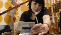 Cédula y firma: entre las tarjetas aún predomina la de crédito. Foto: Archivo El País