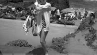 La actriz Lana Turner posa en la playa. Foto: Archivo El País