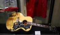 En 2016 una Gibson Dove de Elvis Presley que le fue regalada 1969 fue subastada en US$ 334.000. Foto: AFP