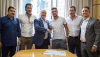 Daniel Fonseca y Giorgian De Arrascaeta con los directivos del Cruzeiro. Foto: Prensa Cruzeiro