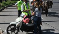 Antes de aplicar la multa, el motociclista tiene 10 días para arreglar el caño de escape. Foto: Ariel Colmegna