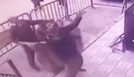 Policía atrapa a un niño que cayó de un edificio. Foto: Captura