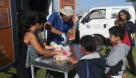 La primera feria de Salud y Zoonosis instaló sus stands en la rambla de la Ciudad Vieja. Foto: F. Flores