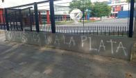 """""""Queremos ir a La Plata"""", decía una de las pintadas en la sede de Nacional. Foto: @pillolarrea"""