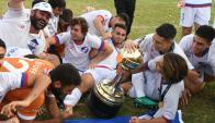 Los jugadores de Nacional con la Copa Libertadores sub 20. Foto: Ariel Colmegna