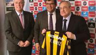 Jorge Barrera con Florentino Pérez y Francisco Bustillo.