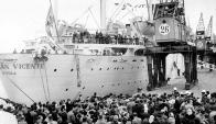 Todos esperaban con ansiedad en el Puerto el arribo de sus familiares. Foto: Archivo El País