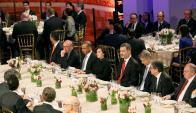 El rey ayer en la cena por el MWC en Barcelona, con rostros serios. Foto: EFE