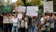 Venezolanos salen a las calles ante la crisis sanitaria que atraviesa el país. Foto: EFE