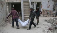 Guta: socorristas sacan cadáveres de entre los encombros. Foto: AFP