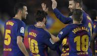 Sergio Busquets, Lionel Messi y Gerard Piqué festejando el gol de Barcelona. Foto: AFP