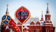 La cuenta regresiva para el inicio del Mundial Rusia 2018 en la Plaza Roja de Moscú frente al Kremlin. Foto: AFP