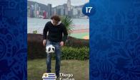 Diego Forlán demostrando sus habilidades en el dominio del balón