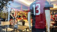 Camiseta 13 de Astori en el Cagliari. Foto: EFE