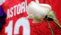 La casaca 13 de Astori y una flor en el estadio Franchi. Foto: Fiorentina
