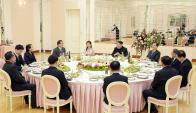 Kim Jung Un: el dictador norcoreano con los delegados de Corea del Sur. Foto: AFP
