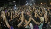 Colectivos feministas invitan a terminar la concentración del jueves con un abrazo caracol. Foto: F. Ponzetto