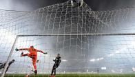 El balón en la red luego de haber sido cabeceado por Cristiano para el 1-0. Foto: AFP