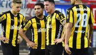"""Doble Cinco. Walter Gargano y el """"Cebolla"""" Rodríguez son el motor que mueve a Peñarol. Foto: Gerardo Pérez"""