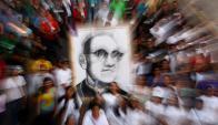 Fieles en marcha dedicada a Óscar Arnulfo Romero en San Salvador. Foto: EFE