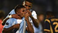 Franco López besando la camiseta de Cerro. Foto: AFP