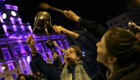 Caceroleo en la Puerta del Sol de Madrid. Foto: Reuters.