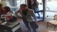 Uno de los delincuentes que robó la joyería en Carrasco. Foto: captura de video