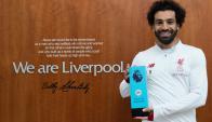 Mohamed Salah con el premio al mejor futbolista de febrero. Foto: @LFC