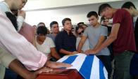 Dolor: familiares, compañeros y amigos de Farinha rodean el féretro. Foto: L. Pérez