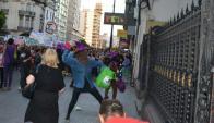 Con el rostro cubierto, un número reducido de activistas lanzaron bombas de pintura. Foto: C. BELLOCQ/ ICM
