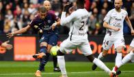 Kylian Mbappe saca el remate ante defensores del Metz. Foto: AFP