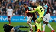 Incidentes entre jugadores e hinchas del West Ham. Foto: Reuters