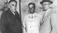 Celestino Mibelli, a la derecha, con sombrero y paraguas, a comienzos de la década de 1950 junto al entonces presidente de la AUF César Batlle Pacheco y el expresidente de Nacional Rodolfo Gorriti.