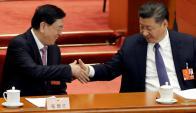 El presidente chino Xi Jinping (derecha) celebra la votación del Parlamento. Foto: Reuters