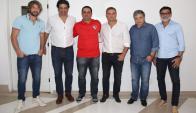 Diego Lugano y Diego Aguirre con directivos del São Paulo. Foto: saopaulofc.net