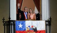 El presidente, junto a su esposa, desde el balcón del Palacio de La Moneda. Foto: Reuters
