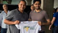 El padre de Neymar junto al presidente del PSG
