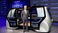 El CEO de Volkswagen, Mathias Müller, muestra el Sedric. Foto: EFE