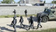 La Policía realiza un intenso rastrillaje en Casavalle para dar con los autores de los disparos. Foto: Marcelo Bonjour