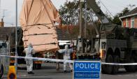 Personal militar británico retira un vehículo contaminado. Foto: AFP