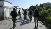 """Los policías de la Guardia Republicana realizaron un """"peinado"""" en los barrios Casavalle y Borro buscando al responsable. Foto: Marcelo Bonjour"""