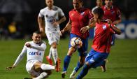 Santos se impuso por 3-1 ante Nacional en Pacaembú. Fotos: AFP y Reuters