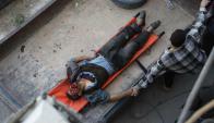 Un herido en la ciudad de Hazeh espera su traslado a un hospital. Foto: AFP