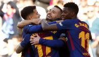 Paco Alcácer es saludado por sus compañeros tras poner el 1-0