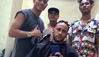 Neymar cambiando su corte de cabello. Foto: @neymarjr